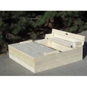 Přírodní pískoviště s lavičkou